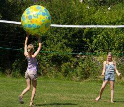 Volleybal op Au Clos de la Chaume, camping sites et paysages in de Vosges